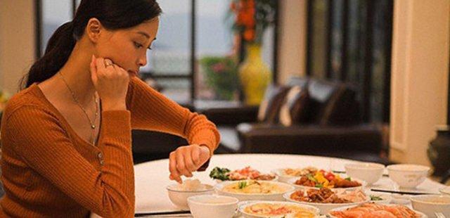 6 Tác Hại Nguy Hiểm Của Việc Ăn Tối Quá Muộn